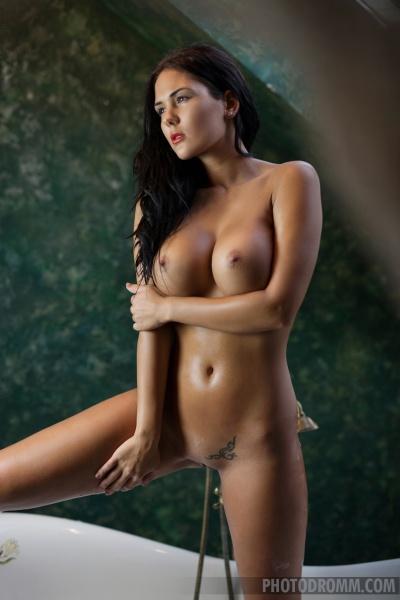 Kendra Big Tits Bathtime 10