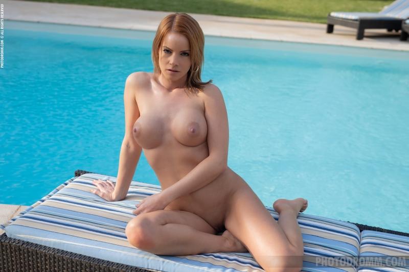Brooke-Big-Tits-in-Little-Black-Dress-for-Photodromm-010