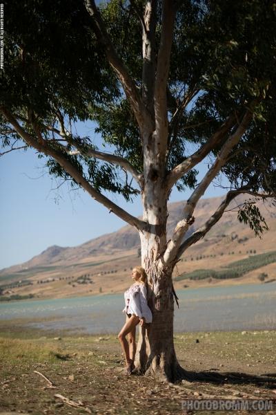 Darya-Big-Tit-Blonde-UNder-a-Tree-for-Photodromm-001
