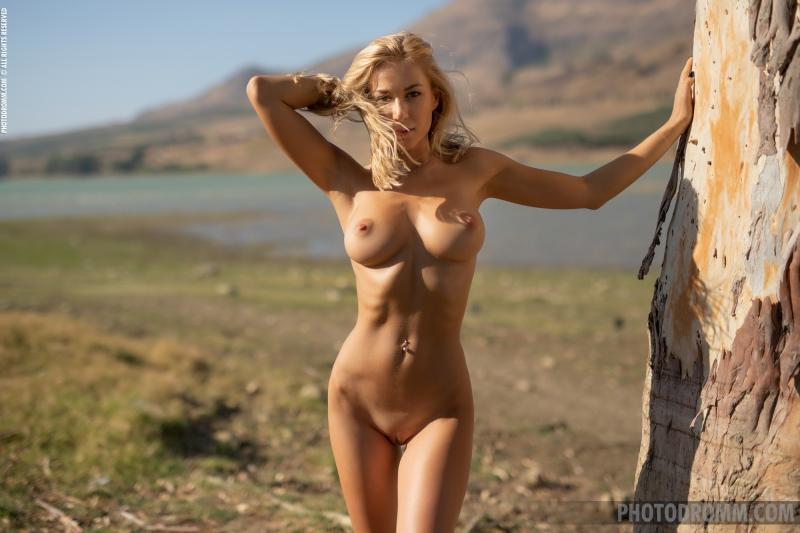 Darya-Big-Tit-Blonde-UNder-a-Tree-for-Photodromm-005