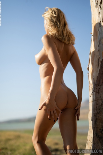 Darya-Big-Tit-Blonde-UNder-a-Tree-for-Photodromm-007