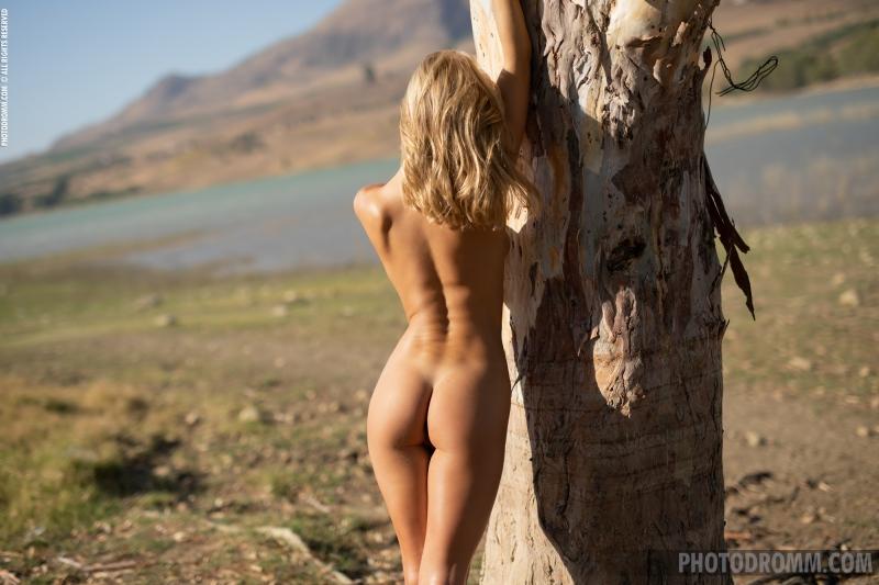Darya-Big-Tit-Blonde-UNder-a-Tree-for-Photodromm-008