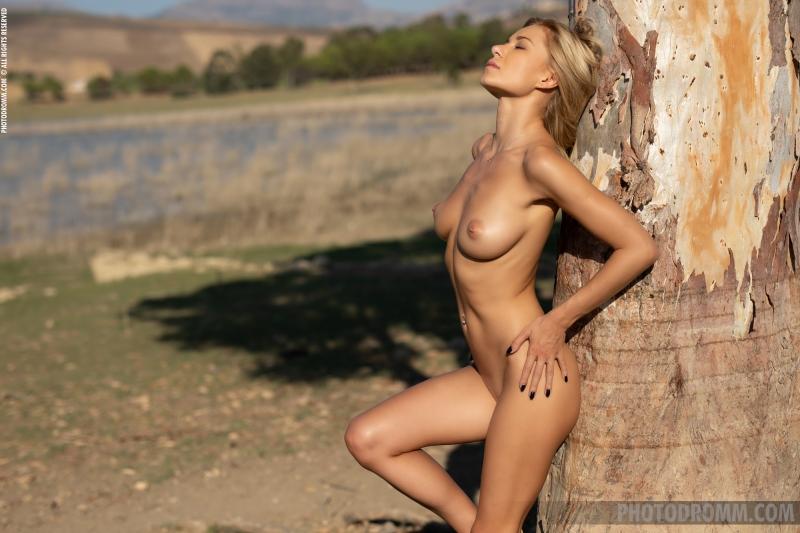 Darya-Big-Tit-Blonde-UNder-a-Tree-for-Photodromm-011