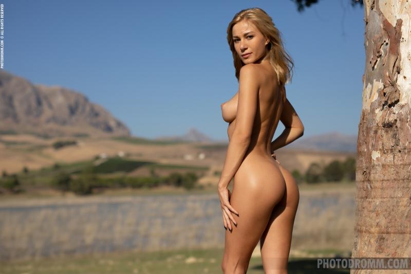 Darya-Big-Tit-Blonde-UNder-a-Tree-for-Photodromm-012