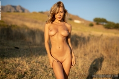 Darya-Big-Tits-Go-Wild-in-gthe-Country-for-Photodromm-007