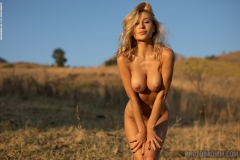 Darya-Big-Tits-Go-Wild-in-gthe-Country-for-Photodromm-011