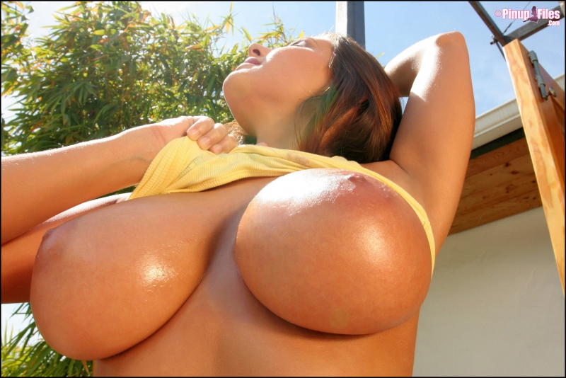 Erica-Campbell-Big-Tits-in-Yellow-Tank-Top-026