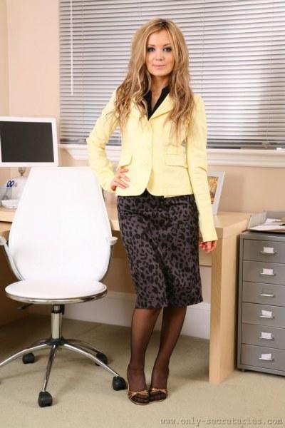 Faye-is-your-sexy-secretary-i-yellow-001