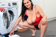 Helen-Star-Huge-Tit-Babe-Doing-Her-Washing-010