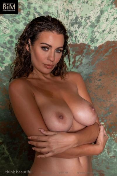 Holly-Peers-Big-Test-in-Green-Bikini-012