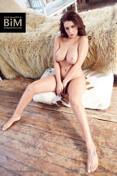 Holly-Peers-Big-Tits-in-the-Bedroom-003
