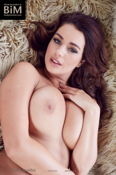 Holly-Peers-Big-Tits-in-the-Bedroom-014