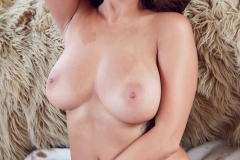 Holly-Peers-Big-Tits-in-the-Bedroom-001