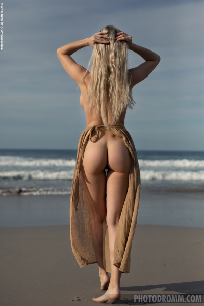 Katya-Big-Tits-Out-at-the-Seaside-for-Photodromm-007
