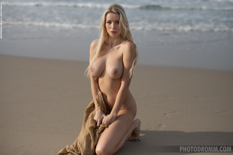 Katya-Big-Tits-Out-at-the-Seaside-for-Photodromm-010