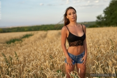 Laureen Big Tits Naked in ta field for Photodromm 001