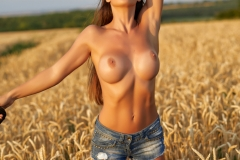 Laureen Big Tits Naked in ta field for Photodromm 004