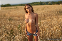 Laureen Big Tits Naked in ta field for Photodromm 005