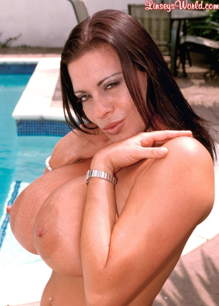 Linsey-Dawn-McKenzie-Huge-Tits-Hanging-Out-at-the-Pool-008