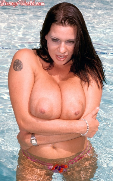 Linsey-Dawn-McKenzie-Huge-Tits-Hanging-Out-at-the-Pool-011