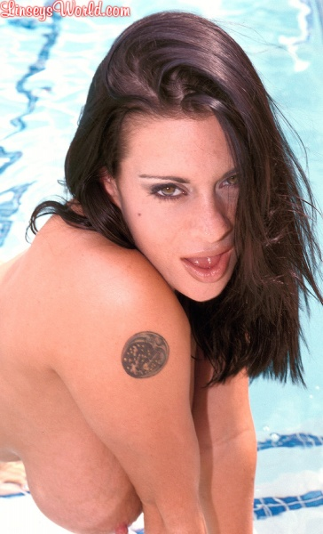 Linsey-Dawn-McKenzie-Huge-Tits-Hanging-Out-at-the-Pool-012