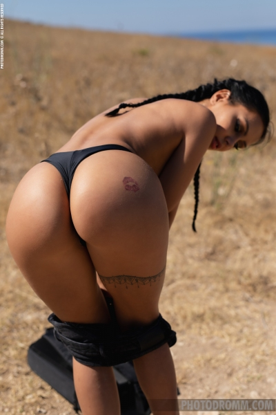 Mareeva-Big-Tits-Come-out-in-the-Sun-for-Photodromm-005