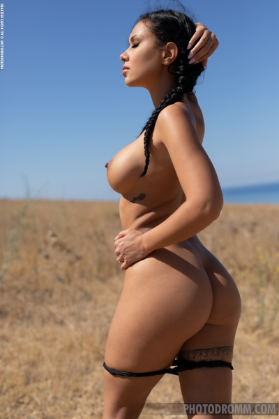 Mareeva-Big-Tits-Come-out-in-the-Sun-for-Photodromm-006