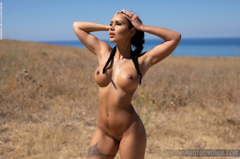 Mareeva-Big-Tits-Come-out-in-the-Sun-for-Photodromm-007