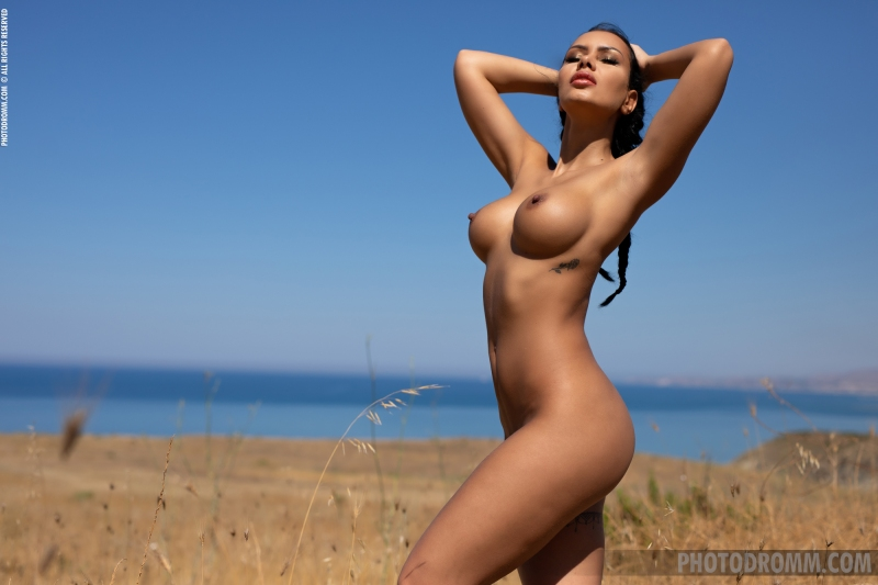 Mareeva-Big-Tits-Come-out-in-the-Sun-for-Photodromm-009