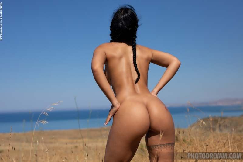 Mareeva-Big-Tits-Come-out-in-the-Sun-for-Photodromm-010