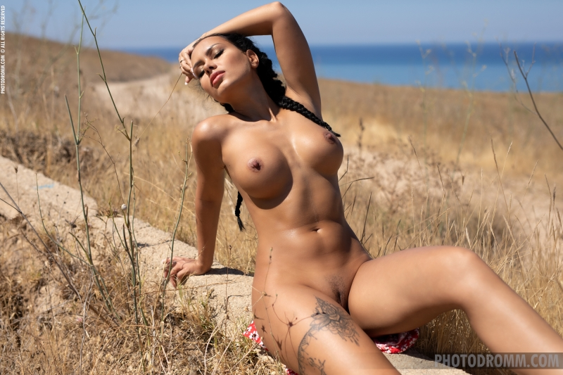 Mareeva-Big-Tits-Come-out-in-the-Sun-for-Photodromm-012