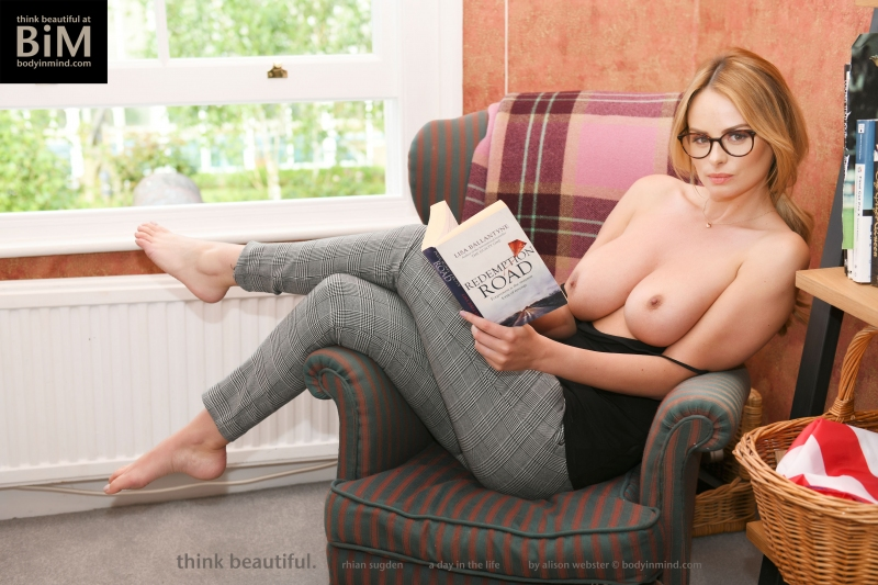 Rhian-Sugden-Big-Tit-Blonde-Hanging-Out-at-Home-004