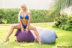 Riley-Parks-Big-Tits-iBlue-Bikini-in-the-Garden-001