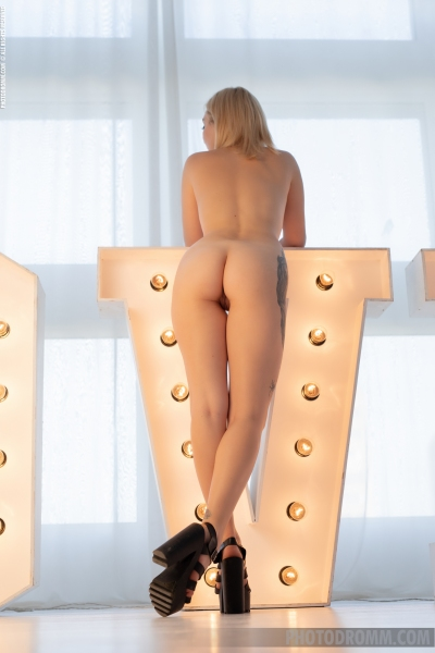 Sandy-Gets-Tits-out-in-front-of-Lights-for-Photodromm-011