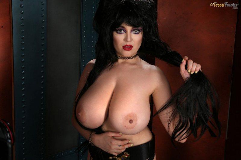Tessa-Fowler-is-Huge-Tit-sexy-vampire-018