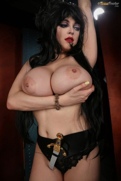 Tessa-Fowler-is-Huge-Tit-sexy-vampire-021