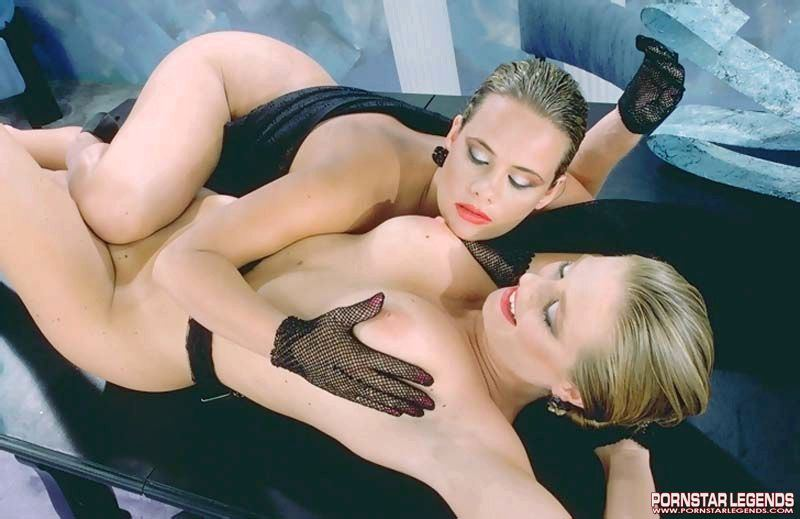 Trinity-Loren-Gets-Hold-of-Big-Tits-on-her-Blonde-Girlfriend-009