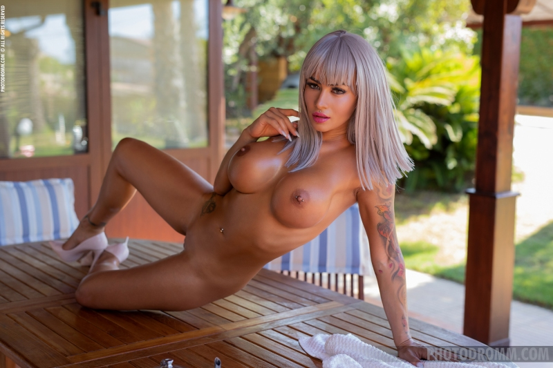 Trudy-Big-Oily-Tits-Arrive-for-Breakfast-for-Photodromm-009