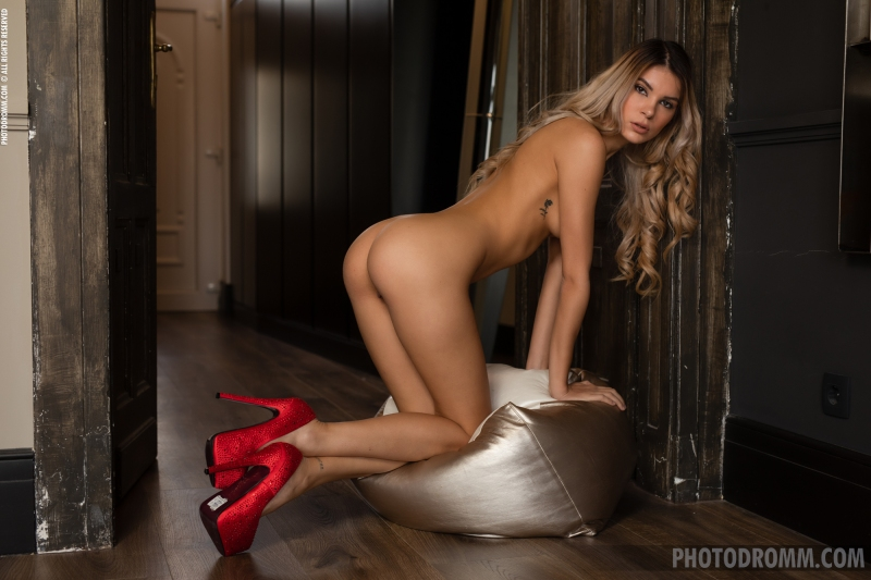 Ursula-Sexy-Blonde-in-Red-Bra-and-Heels-for-Photodromm-008