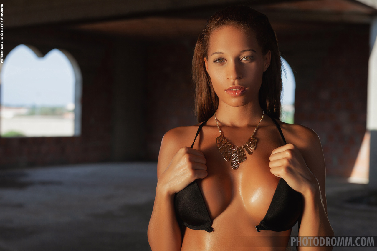 Tyrene Big Tits in Black Bikini and High Heels for Photodromm