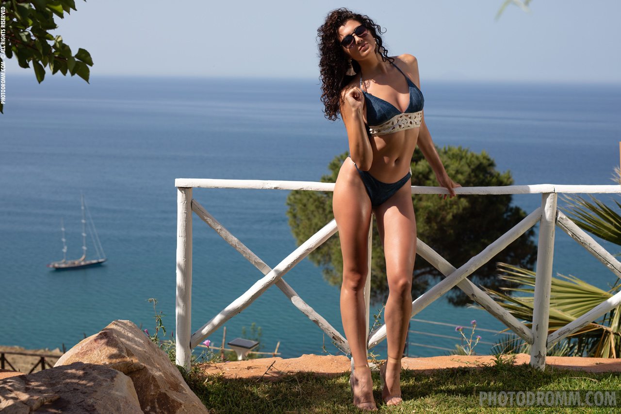 Teodora Big Tits Bikini and High Heels for Photodromm