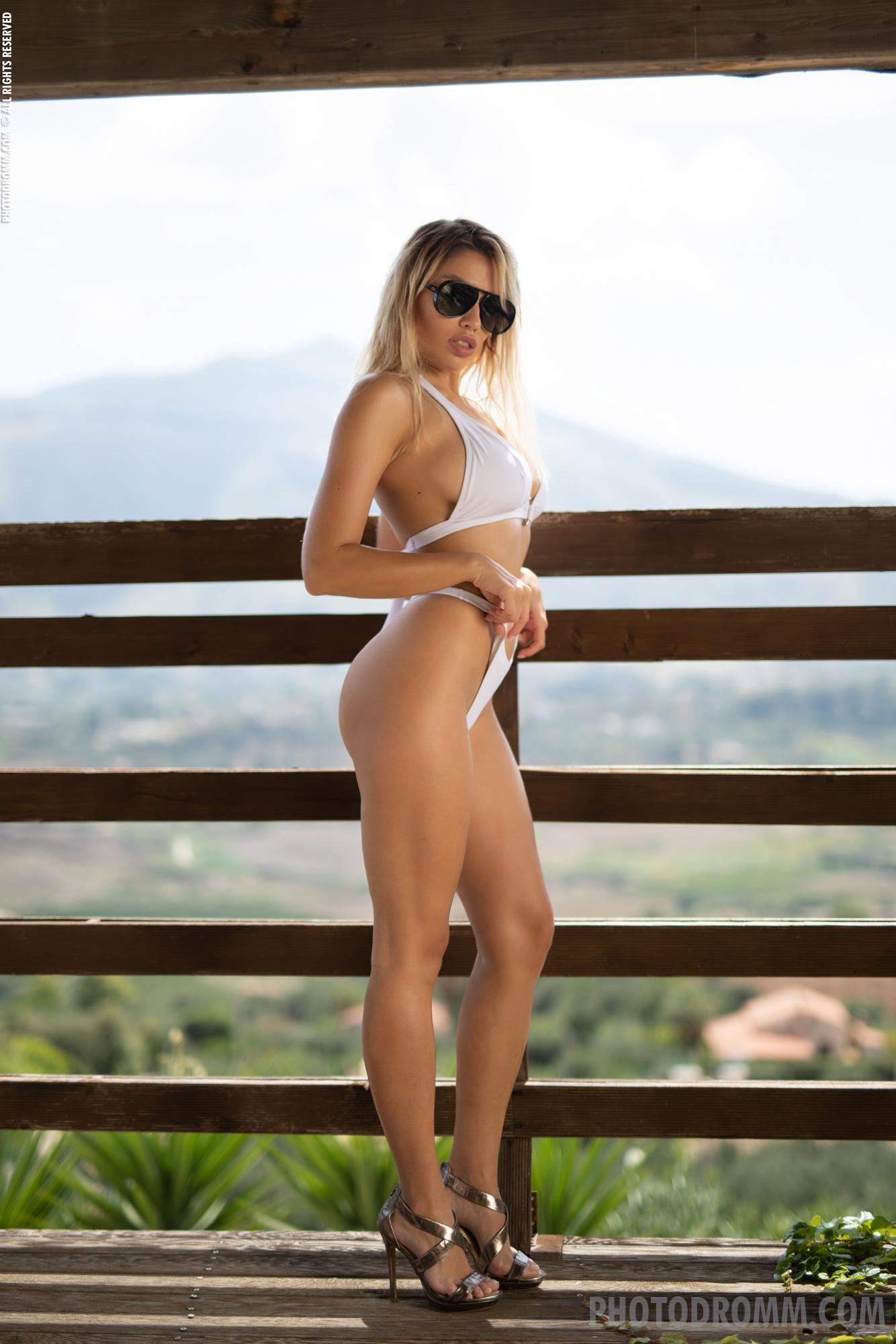 Margot Big Tit Blonde in White Bikini for Photodromm