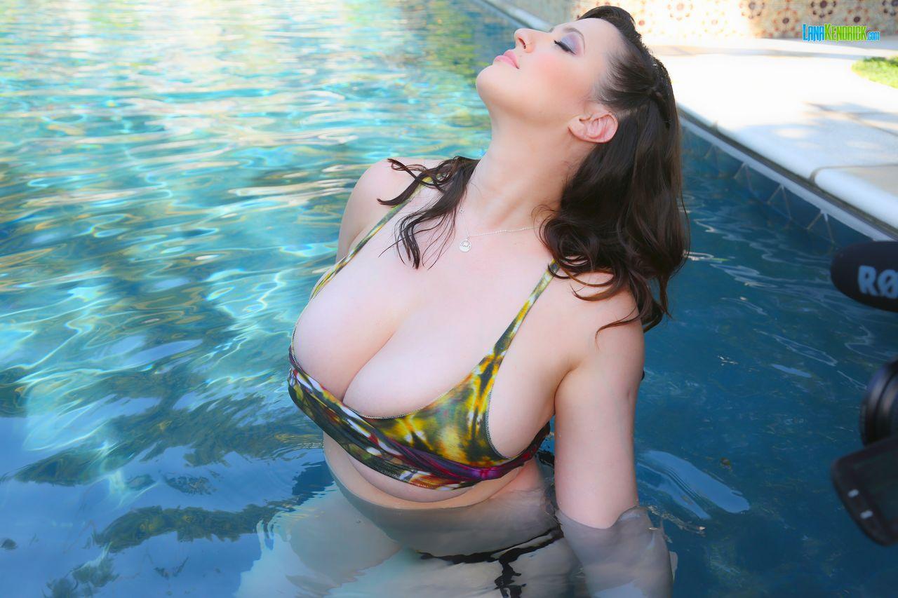 Lana Kendrick Huge Tits Get Wet