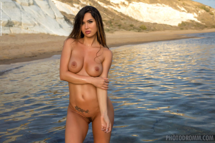 Justyna Big Naked Tits in the Sea for Photodromm