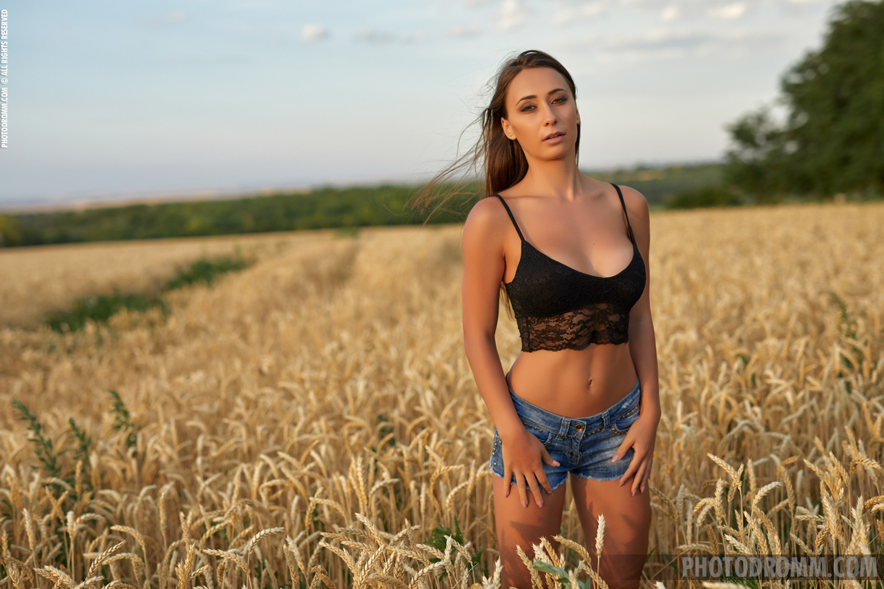 Laureen Big Tits Naked in a field for Photodromm