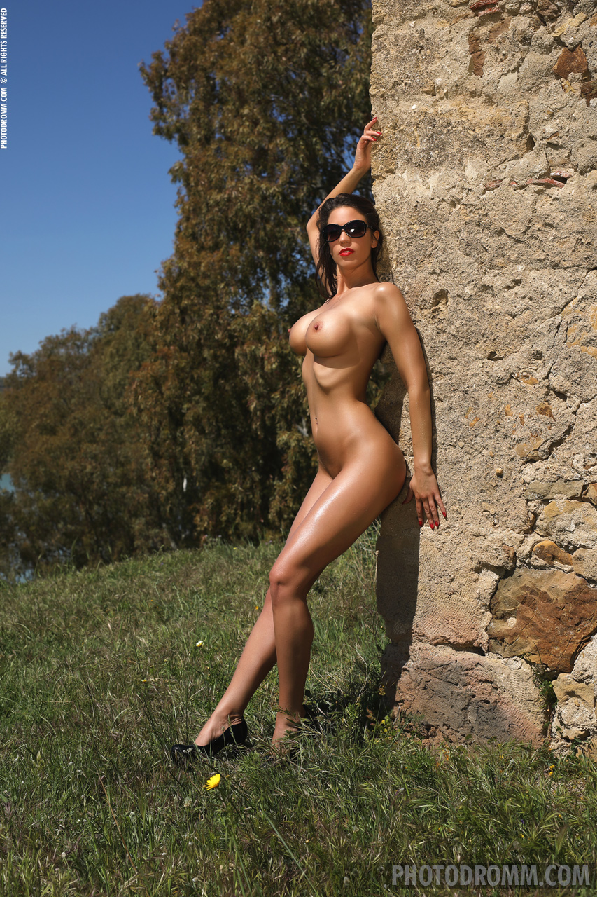 Savannah Big Boobs Naked in the Heat for Photodromm